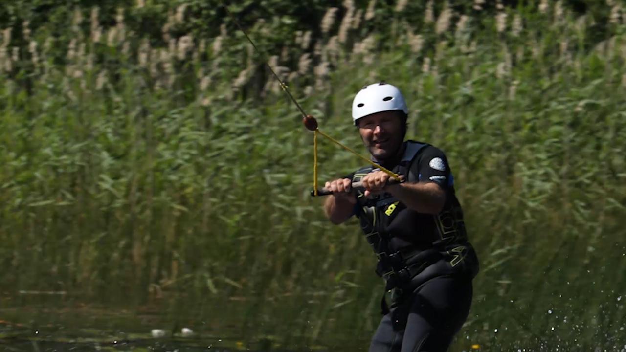 Martin Örnroth testar wakeboard i Fagersta Cable Park