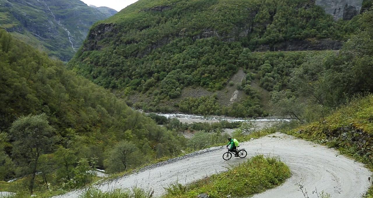 Martin Örnroth cyklar längs Rallarvägen mellan Myrdal och Flåm
