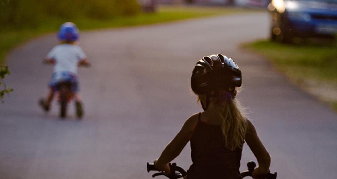 Partners barn cyklar på campingplats