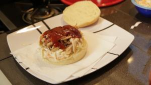 Burgare på pulled chicken med coleslaw