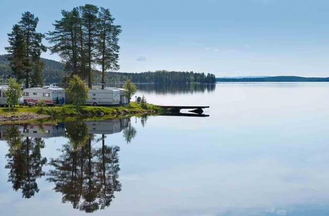 Husvagnar vid spegelblank sjö
