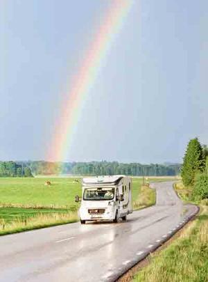 Regnbåge och husbil